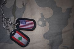 placa do exército, etiqueta de cão com a bandeira de Estados Unidos da América e Líbano no fundo caqui da textura Fotos de Stock Royalty Free