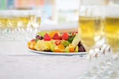 Placa do fruto do banquete com vidros do champanhe Fotografia de Stock Royalty Free