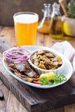 Placa do giroscópio com carne em um pão árabe Fotos de Stock
