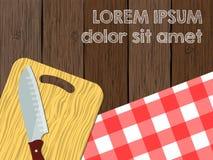 Placa do logotipo da cozinha, faca na placa de corte a tabela de madeira com toalha de mesa Imagem de Stock