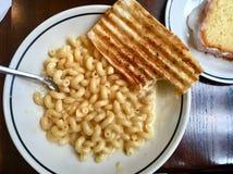 Placa do Mac & do queijo para o almoço Imagem de Stock Royalty Free