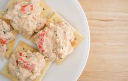 Placa do mergulho da lagosta em biscoitos do saltine sobre a tabela de madeira Imagens de Stock