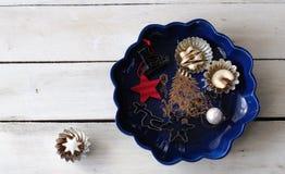 Placa do Natal com cookies e cortador da cookie Fotos de Stock
