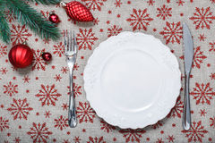 Placa do Natal do vintage no fundo do feriado com os ornamento vermelhos do Natal Foto de Stock