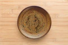 Placa do prato cerâmico na tabela de madeira branca imagem de stock