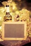 Placa do quadro-negro, garrafa de vinho e uvas de madeira da videira Imagem de Stock Royalty Free