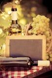 Placa do quadro-negro, garrafa de vinho e uvas de madeira da videira Imagens de Stock Royalty Free