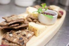 Placa do queijo e do biscoito Imagem de Stock Royalty Free