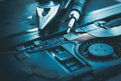 Placa do reparo do portátil do computador e hardware o do conceito do circuito de microplaqueta foto de stock royalty free