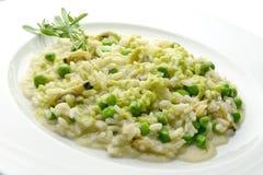 Placa do risoto com moluscos e ervilhas Foto de Stock Royalty Free