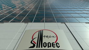 Placa do Signage com logotipo de Sinopec Fachada moderna do prédio de escritórios Rendição 3D editorial Foto de Stock Royalty Free