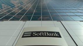 Placa do Signage com logotipo de SoftBank Fachada moderna do prédio de escritórios Rendição 3D editorial Imagens de Stock Royalty Free