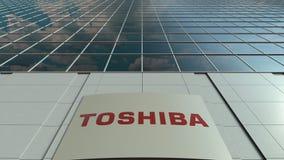 Placa do Signage com logotipo de Toshiba Corporation Fachada moderna do prédio de escritórios Rendição 3D editorial ilustração stock