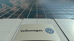 Placa do Signage com logotipo de Volkswagen Fachada moderna do prédio de escritórios Rendição 3D editorial Foto de Stock