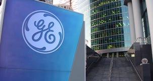 Placa do signage da rua com logotipo de General Electric Arranha-céus do centro do escritório e fundo modernos das escadas 3D edi Imagens de Stock Royalty Free