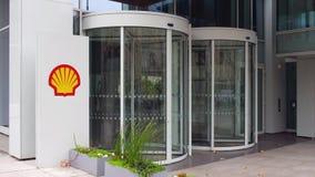 Placa do signage da rua com logotipo de Shell Oil Company Prédio de escritórios moderno Rendição editorial de 4K 3D filme