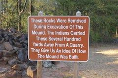 Placa do sinal da escavação no parque estadual de Kolomoki fotos de stock royalty free