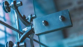 Placa do sinal do metal na foto de vidro fotografia de stock