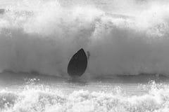 Placa do surfista que deixa de funcionar o branco preto Imagens de Stock