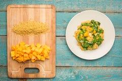 Placa do vegetariano com bulgur e abóbora foto de stock royalty free