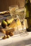 Placa do vinho branco e do queijo fotografia de stock royalty free