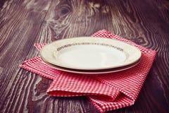 Placa do vintage na toalha de cozinha vermelha Fotografia de Stock