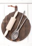 Placa do vintage, pino do rolo e colheres de madeira velhas Fotografia de Stock Royalty Free