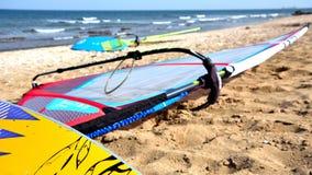 A placa do windsurfe espera para começar surfar imagem de stock