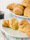 Placa dos Croissants com conserva Imagens de Stock Royalty Free