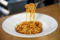 Placa dos espaguetes com molho e manjericão de tomate Imagem de Stock Royalty Free
