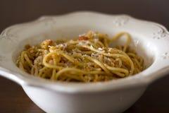 Placa dos espaguetes com queijo parmesão raspado na parte superior fotografia de stock