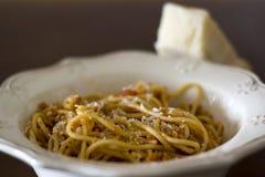 Placa dos espaguetes com queijo parmesão raspado na parte superior fotografia de stock royalty free