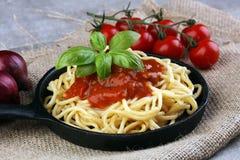 A placa dos espaguetes deliciosos Bolognaise ou Bolonhês com segurelha triturou o molho da carne e de tomate decorado com queijo  Fotos de Stock Royalty Free