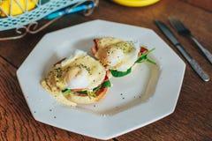 Placa dos ovos Benedict imagem de stock royalty free