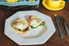 Placa dos ovos Benedict fotografia de stock
