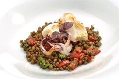 Placa dos peixes, calamar assado com lentilhas Fotos de Stock Royalty Free