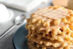 Placa dos waffles e do leite condensado na tabela, close up fotos de stock