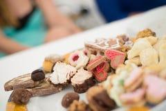 Placa dulce del blanco del caramelo del merengue del postre de la panadería del caramelo de los pasteles del azúcar de la tabla d Fotografía de archivo