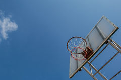 Placa e aro do basquetebol com céu azul Fotografia de Stock Royalty Free