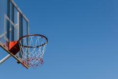 Placa e aro do basquetebol com céu azul Imagem de Stock Royalty Free