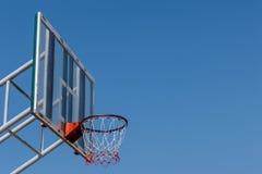 Placa e aro do basquetebol com céu azul Fotografia de Stock