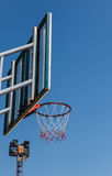Placa e aro do basquetebol com fundo do céu azul Foto de Stock Royalty Free