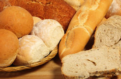 Placa e cesta do pão de pão Fotos de Stock
