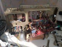 Placa e componentes eletrônicos análogos velhos da tevê do tubo fotos de stock