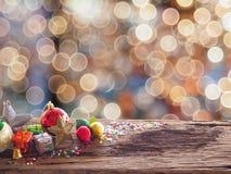 Placa e decorações de madeira velhas no espaço disponível para colocar objetos Conce da decoração do Natal do borrão do fundo e d foto de stock
