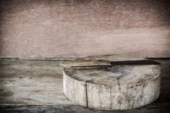 Placa e faca de madeira velhas de corte em um de madeira Imagem de Stock