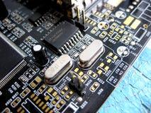Placa eletrônica com componentes bondes Eletrônica do material informático fotografia de stock