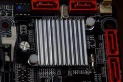 Placa eletrônica com componentes bondes Eletrônica do material informático fotos de stock royalty free