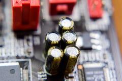 Placa eletrônica com componentes bondes Eletrônica do material informático foto de stock