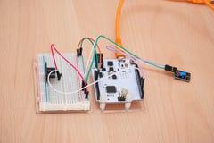 Placa eletrônica com microplaquetas e fios imagens de stock